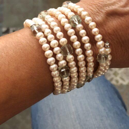 collection femme bracelet semainier perles d'eau douce blanche cubes de quartz vert cable a mémoire de forme