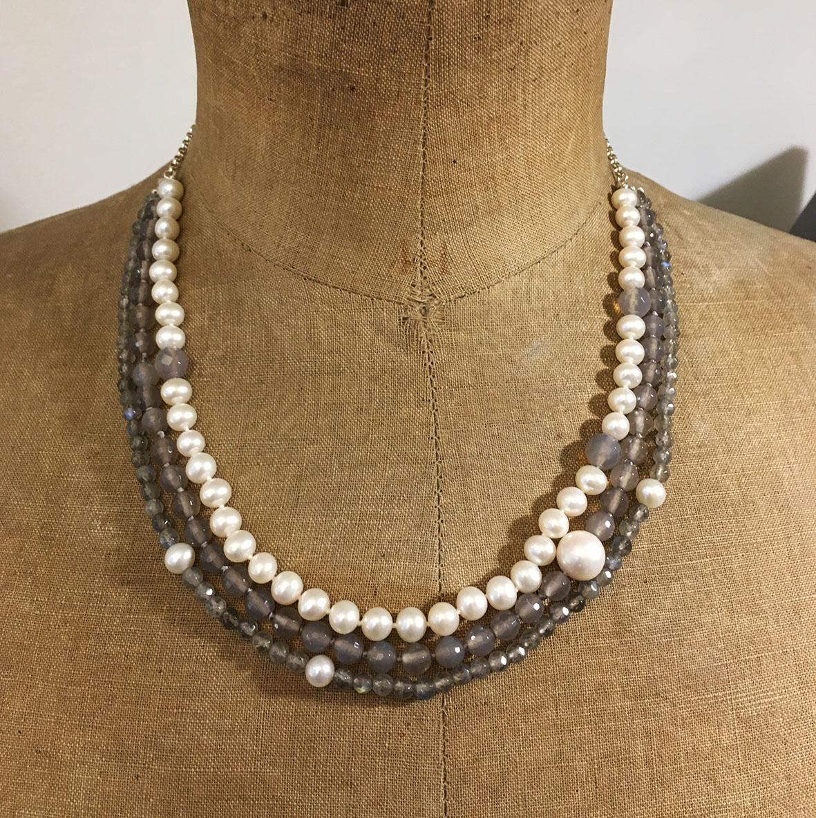 collection femme detail collier 3 rangs perles d'eau douces perles labradorite perles agate grise piece unique