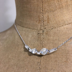 detail collier or gris 3 diamants chaine barrettes sur mesure