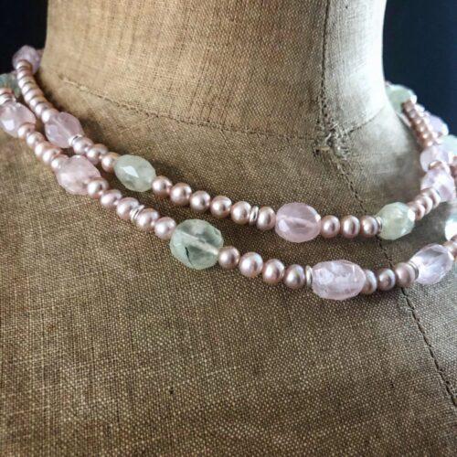 detail collection femme collier double rangs perles d'eau douce rosees quartz rose prenite piece unique