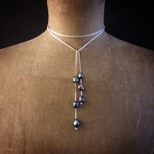 version courte sautoir ruban perles eau douce grise collection femme collection ruban