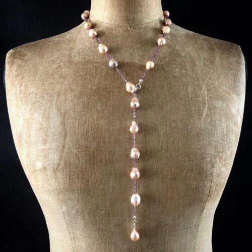 sautoir perles d'eau douce baroque saphirs prunes porté en Y