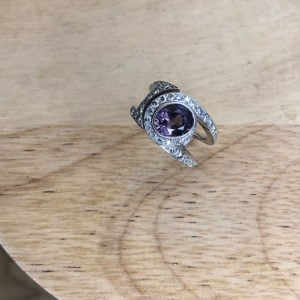 bague or gris diamants spinelle violet vue haut collection sur mesure