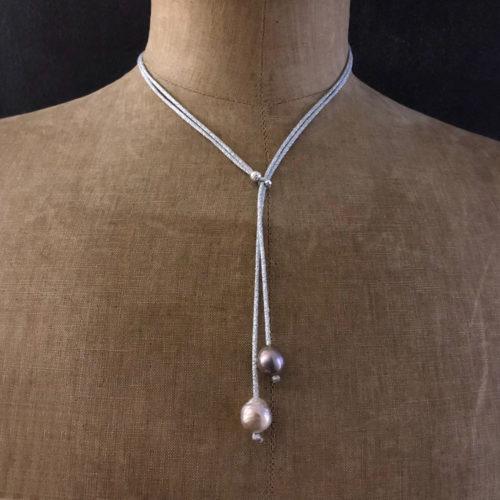 collier lasso perles eau douce cordon soie brodée fil argent